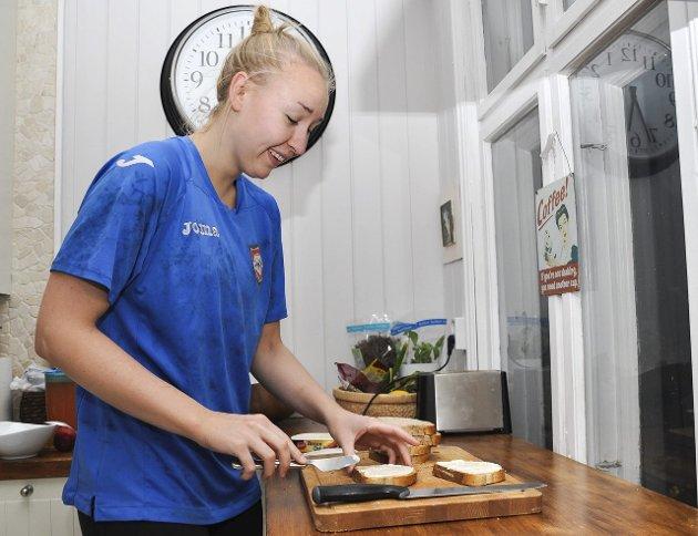 05.40: Authen har fått på seg treningstøyet og smører brødskiver til den lange dagen som venter.