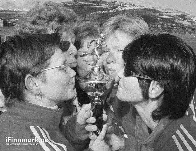 90-TALLET: Hammerfest Swingklubbs damer gikk helt til topps i dameklassen (de var alene) i Storvannsstafetten i Hammerfest lørdag. Og da kysser man, som sedvanlig, pokalen.
