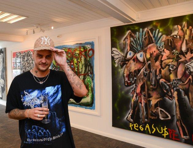 Mathias Nordby alias Ma$arati er en kunstner utenom det vanlige i norsk setting. Her poserer kunstneren foran et av sine verket med tittelen «Pegasus», olje på lerret. Prislapp 70.000 kroner. Et kunstverk med mye spenst og spenning.
