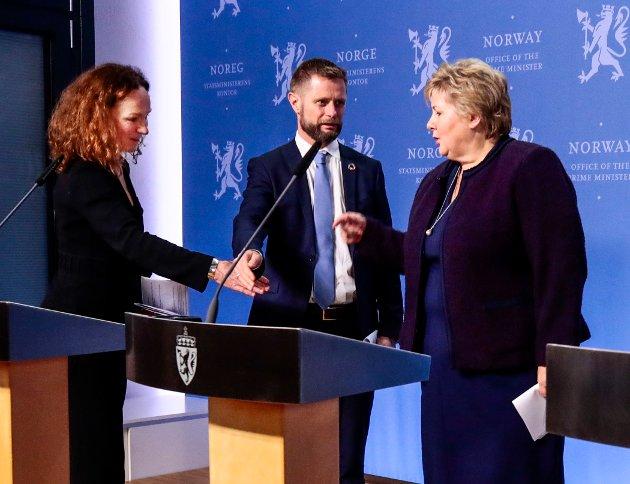 NATURLIG: Det er naturlig for oss mennesker å håndhilse, som dette bildet med FHI-direktør Camilla Stoltenberg, helseminister Bent Høie og statsminister Erna Solberg, illustrerer. Vil vi håndhilse like mye som før når koronaviruset er borte?