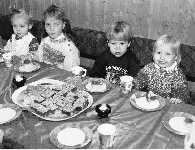 """F.v. Anna Sofie Sætermo, Trude Olsen, Kim Steiro og Tonje Steiro koste seg med kaker og brus da """"barneklubben"""" på Storforshei hadde juleavslutning i desember 1993."""