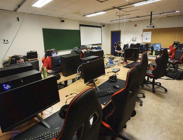 Bildet er fra datarommet på KVN. Varaordføreren i Nesna kommune mener fylkesrådets innstilling til ny videregående skolestruktur nok en gang bidrar til nedlegging på Nesna.
