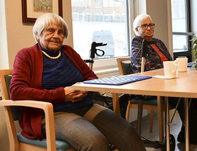 Mette Ellingsen (tv) som fyller 103 år til sommeren, og Gladys Knutsen er faste brukere av Aktivitetsavdelingen.