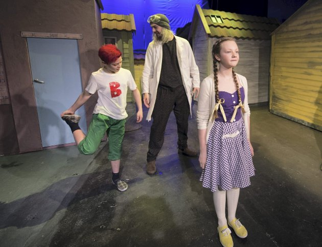Selv om det er lite høy promp i teaterstykket om prompepulveret, er det mye latter og god teater når Fyllingsdalen teater lager sin bergensversjon av «Doktor Proktors prompepulver.»