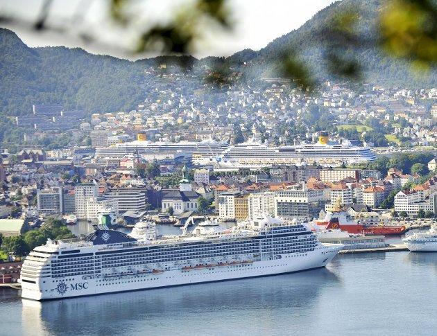På det meste vil det ankomme 11.000 cruiseturister til Bergen på samme dag denne sesongen. Turistene som kommer bruker en knapp og sårbar ressurs. ARKIVFOTO: EIRIK HAGESÆTER