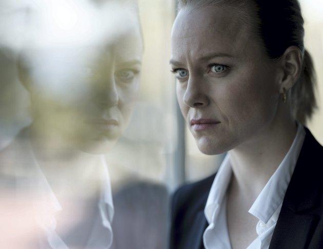 VARSLER: Ingrid Bolsø Berdal gjør en overbevisende rolletolkning som varsleren Ida som plutselig befinner seg til knes i dritt. Foto:Pål Laukli/TV 2