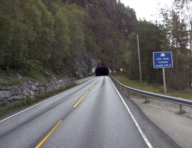 Denne tunnelmunningen vil bli en del av fergefri E39 hvis politikernes monsterbro blir bygget over Bjørnafjorden. De burde heller konsentrert seg om å bygge en rassikker E39. FOTO: STATENS VEGVESEN
