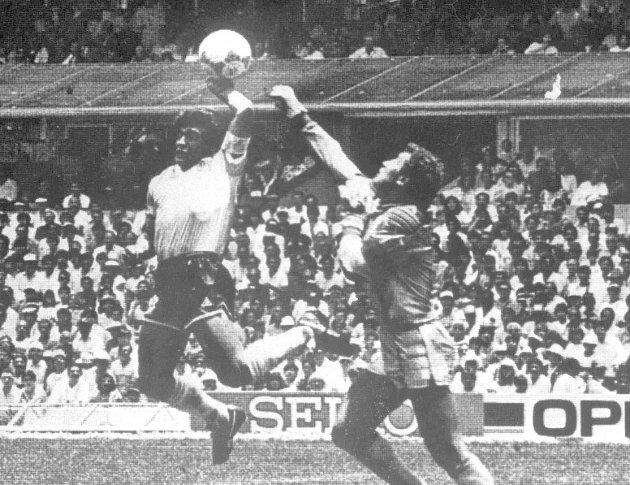 Fra VMs kvartfinale i Mexico i 1986 der Maradona brukte hånden for å overliste Peter Shilton i det engelske målet. .  (Foto: NTB Pluss arkiv) fra phrasea