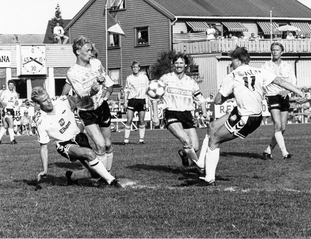 Fra 2. runde i NM-cupen i 1992, der Stålkameratene  måtte vike vinnermulighetene mot Rosenborg. Tross stort Stålkam-tap ble det en underholdende og god kamp med mange målsjanser i strålende sommervær, foran ca 2000 tilskuere på Sagbakken stadion 10. juni 1992.