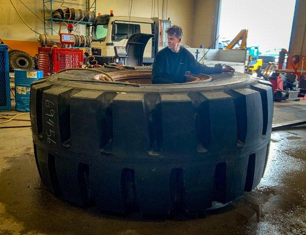 Dekkmann skifter dekk for LNS på dumper  inne på Rana Grubers dagbrudd på Storforshei. De største dekkene de skifter på CAT-992 veier 3.750 kg. Det tar to arbeidsdager å skifte fire hjul.