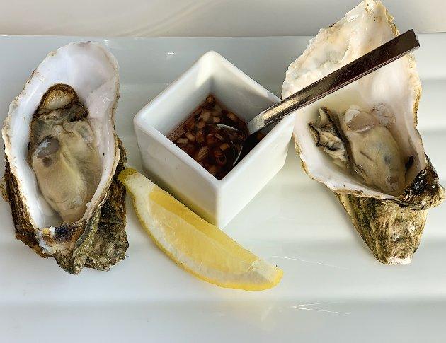 Østersen ble servert med sjalottløkvinaigrette og sitron. Den friske smaken av sjø og syre setter smaksløkene i sving.