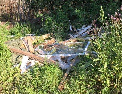 SØPPEL LIGGER STRØDD I TVETERSKOGEN: Uvedkommende har kastet søppel i Tveterskogen.