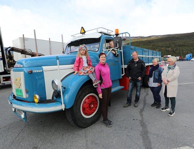 Familien Widme samlet foran en av Åge Widme's fire veteranlastebiler. Emma, Anette, Odd Arne, Sander, Åse og Inger Lise.