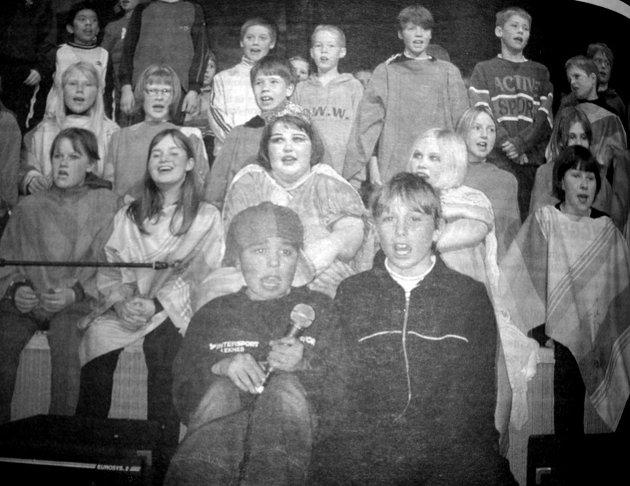 Nå var det klart for premiere på stykket «Jakten på selvtilliten» på ungdomshuset på Leknes. Stykket handlet om Jens som var på leit etter selvtilliten sin. Det var femte, sjette og sjuende klasse ved Buksnes skole som spilte i stykket.