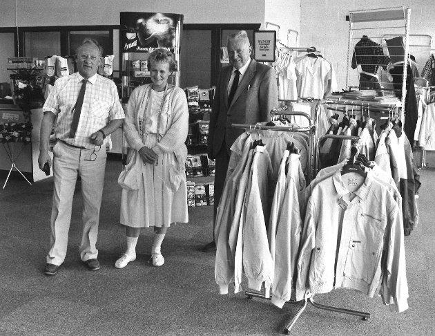 Horn, lokalene i Varnaveien, juni 1985. Butikksjef B. Christoffersen, Hanne Horn og Bjørn Horn.
