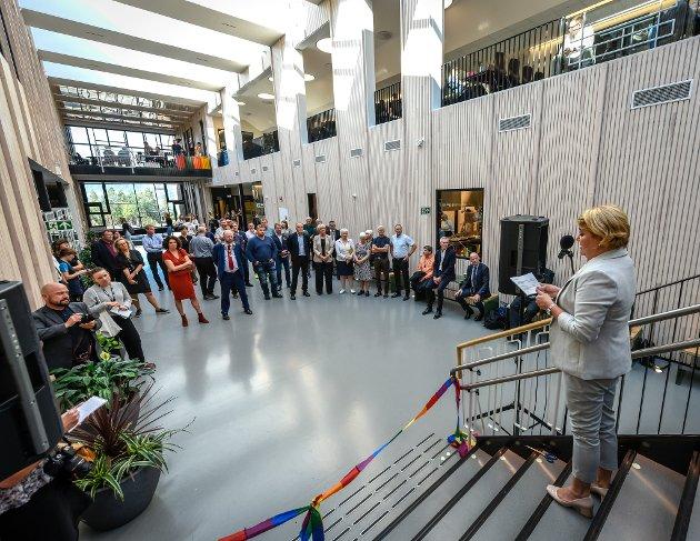 Fylkesråd for utdanning, Hild-Mari Olsen holder sin tale før båndet ble klippet og skolen offisielt åpnet.