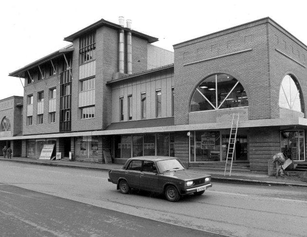DOMUS 1: Domus-bygget i Lillestrøm fotografert i 1990. Her var det oppussing på gang. Seks år senere ble bygget revet (Se stort bilde i midten). FOTO:  Morgan Andersen