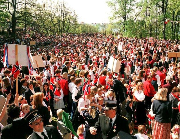 17. mai 1998: Folk står tett på Preståsen, men de liker det. De fleste vi snakket med, vil ha det slik i fremtiden også.