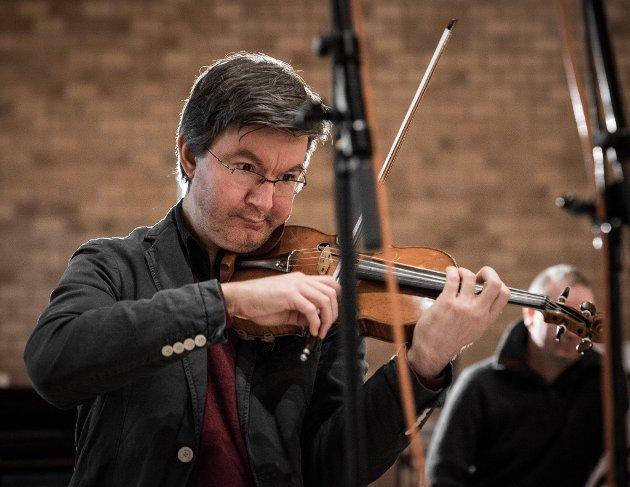 Fiolinist Jonas Båtstrand under en tidligere innspilling i Jar kirke