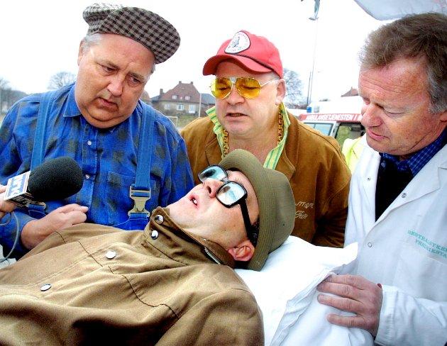 3 Kæll: Pressekonferanse - Stunt på Tollbodplassen. Blålys, sirener og full dramatikk da en hjernekrympet Reinert (Atle Jensen) bringes til sykehus. Foto: Nils Harald Ånstad, 25.04.2001