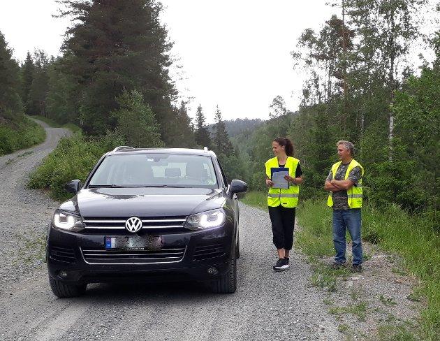 Grunneierne, Gry Hunæs og Jon Arne Michelet, kontrollerer en bil som kjørte på Himdalsveien.