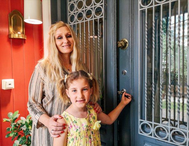 GAMLE DETALJER: Her står Anne-Karin Sandli sammen med datteren Serena foran det som en gang var inngangsdøren til huset i Vogts gate. De gamle detaljene er bevarte. Nå er dette døren inn fra et vindfang som er bygget på i senere tid.