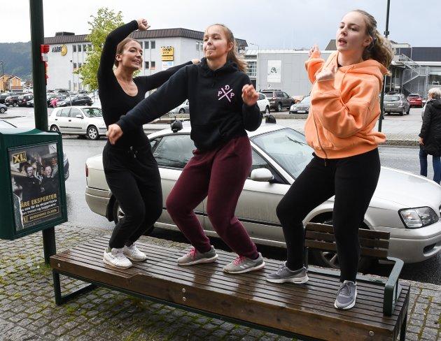 En benk er fin til å danse på. Her danser Marita Bjørkhaug (29), Sara Limstrand (15) og Gunnlin Bjørkhaug oppå en benk.