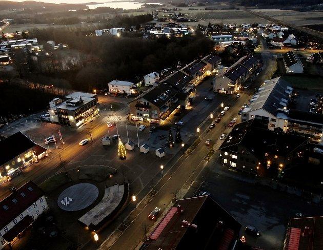 JULETID: Et lyspyntet Sande sentrum tar seg flott ut fra lufta i disse dager.