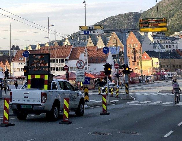 Til store protester vil byrådet også i sommer stenge Bryggen for biltrafikk. Slik opptrer de på en splittende måte i en sak der bergenserne bør ha felles interesser. ARKIVFOTO: METTE BAKKE