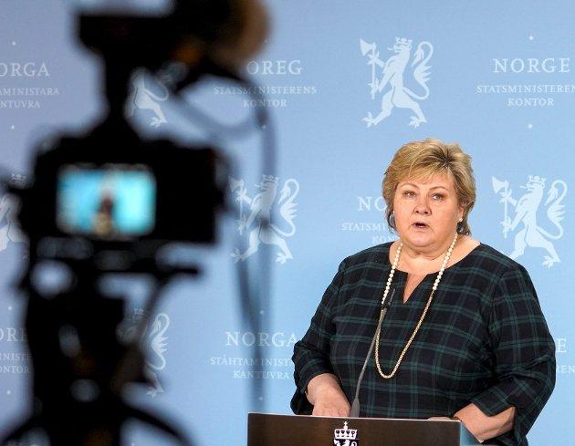 Statsminister Erna Solberg (H), som i månedsvis har formant oss om hvordan vi skal oppføre oss i kampen mot koronaviruset, gikk selv i baret. Regjeringens beste medisin nå er å gi konkrete råd og regler som både de selv og folk flest kan forholde seg til. FOTO: NTB