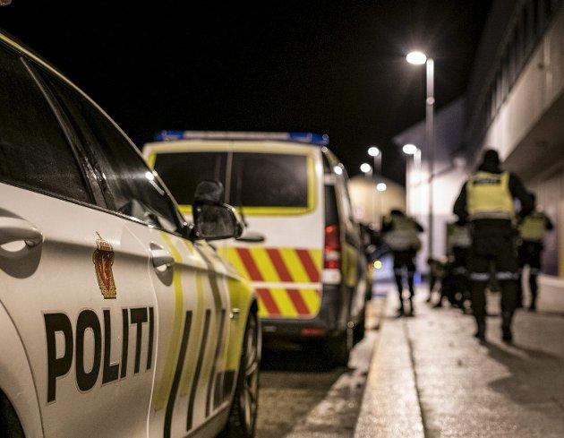 Politiet hadde hendene fulle med å avslutte privatfester sist helg. Gjeninnføring av nasjonal skjenkestopp kan fort gjøre oppdragsloggen enda fyldigere og sende smittetallene i Bergen feil vei. ARKIVFOTO: AGNIESZKA IWANSKA