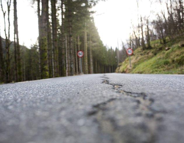 Vestland er fylket i landet med klart størst etterslep i vedlikeholdet av fylkesveiene. Likevel er regjeringen mer interessert i å flytte på ansvaret for veiene enn å bevilge penger som kan få dem opp på en forsvarlig standard. ARKIVFOTO: EMIL WEATHERHEAD BREISTEIN