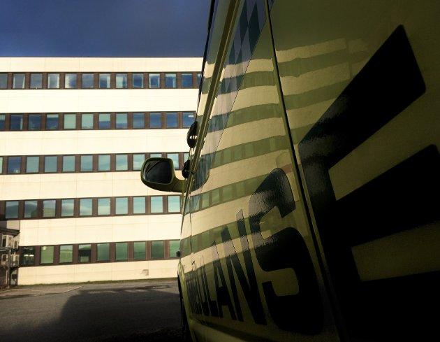 Ambulansebil utenfor Hammerfest sykehus.