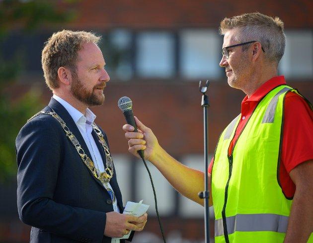 Ordfører Remi Solberg og leder av Vest-Lofoten næringsforening, Sten Roger Sandnes.