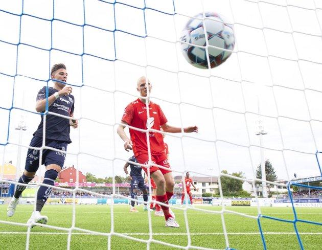 Vant mot Brann: Andreas Hopmark har nettopp headet ballen i mål. KBK vant 3-2 mot Brann mandag. Foto: NTB