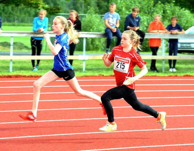 Dorthea Aanstad (12) fra Gausdal FIK (t.h.) i aksjon på 200-meter.