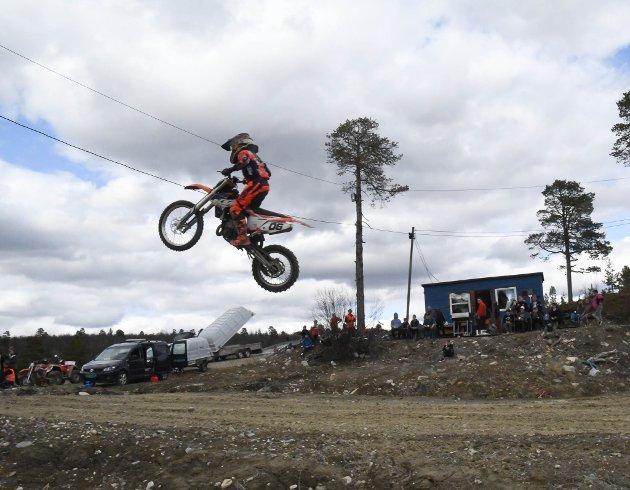 HØYT: Thor David Rasmus (13) kjørte motocross på crossbanen i Karasjok under Bolystuka i Karasjok .