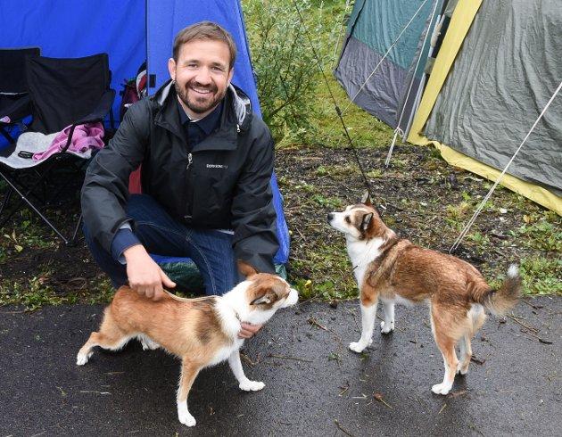 Bård Andersen fra Dalsgrenda med lundehundene Frøken og Lina.  - Dette er den eneste nordnorske rasen, sier han.