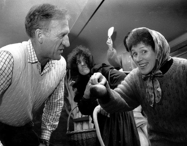 """31. Oktober 1989: Sandefjord Teaterforening. På bildet ser vi regissør Kjell Z. Børresen som instruerer Margit Skatteboe ( til høyre ) og heksen, som spilles av Astrid Drageland, under en prøve på familieforestillingen """"Snehvit og de syv dverger""""."""