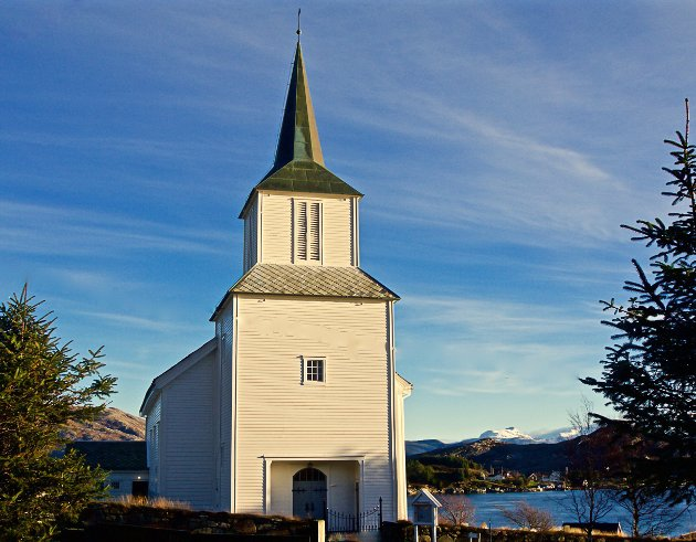 Stadig fleire nordmenn er ikkje medlemmer av eit trussamfunn. Då er det heller ikkje naturleg at det er kristne prestar som skal ha oppgåva å overbringe dødsbodskap, skriv Christian Lomsdalen. Her ser du Frøya kyrkje.