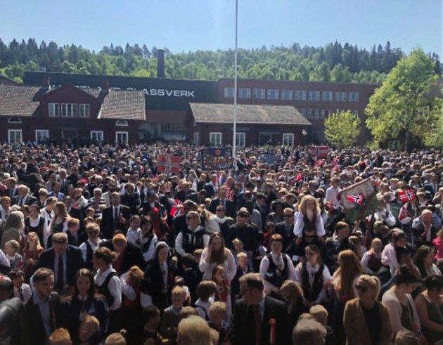 JEVNAKER:  Jevnakerfolket samlet seg på Hadeland Glassverk 17. mai. Midtpunktet, hjørnesteinen og samlingsplassen i bygda.