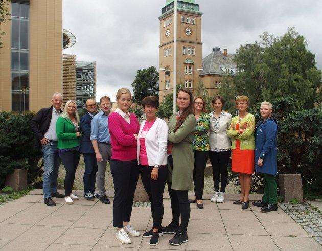 Fremst fra venstre: Emilie Enger Mehl, Aud Hove og Marit Knutsdatter Strand sammen med fylkestopper og stortingsrepresentanter fra området til Helse Sør-Øst.