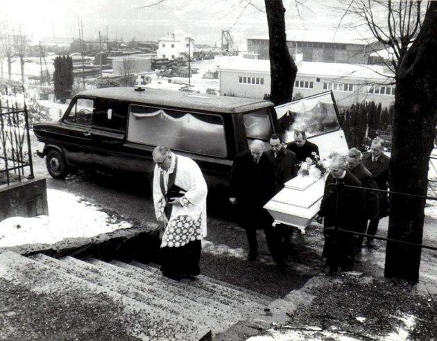 – Jeg tviler på om noen hadde brydd seg om Isdalskvinnen i dag, hvis mysteriet hadde vært oppklart, skriver Finn Bjørn Tønder. Her er hun tegnet av Audun Hetland, noe han gjorde på 1970-tallet for politiet. På bildet blir Isdalskvinnen båret til sitt siste hvilested på Møllendal gravsted.Foto: Statsarkivet i Bergen