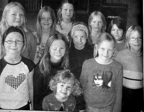 Forsvaret feiret fire ulike jubileer, og en gruppe jenter fra Buksnes skole underholdt de 850 gjestene.   Bak fra venstre ser vi Mariell Andreassen, Thea Johansen, Maria Farstad, Camilla Kleppe og Lone Solheim. Foran fra venstre står Lisa Hagen, Mona Hagen, Chatrine Gundersen,  Guro Haug og Mariell Tjønndal. Helt fremst står Emilie Landsem Vian (5).  Det var på Bardu  kjempefeiringen fant sted. De underholdt med sang og linedance, mens lærer Kjell Landsem spilte. Jentene fikk også danse til Hans Majestet Kongens garde.
