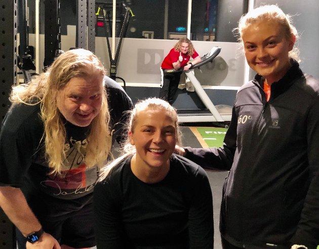 HEAVY ØKT: Både Marie Gram (midten) og OAs Frode Hermanrud fikk kjørt seg da personlig trener ved 360 Grader Matilde Tunstad inviterte til treningsøkt. En optimistisk Trond Nagell-Dahl gjør i bakgrunnen seg klar til å overta treningsapparatene etter trioen.