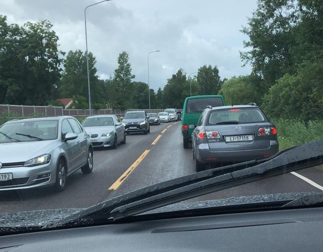 FARLIG? De lange bilkøene som tidvis snegler seg gjennom Tønsberg gjør det vanskelig for utrykningsbiler å komme frem, mener forfatteren.