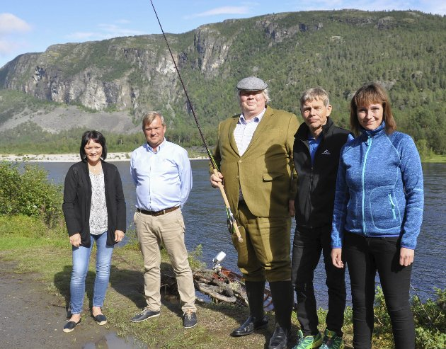 UTESTENGES: Ordfører Monica Nielsen (t.h) og varaordfører Anita Håkegård Pedersen (t.v.) med følge under fjorårets ordførerdøgn i Altaelva. I år er de utestengt.