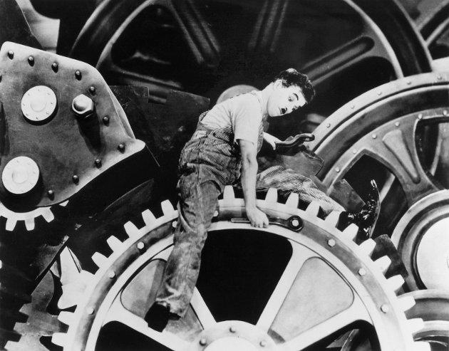 """MORDERN TIMES: Forskere ved Arbeidsforskningsinstituttet advarer i rapporten Medbestemmelsesbarometeret 2019 om at vi er i ferd med å få et mer autoritært arbeidsliv, skriver Hanne Westrum Hvammen og tenker blant annet på bildene av Charlie Chaplin i filmen """"Modern Times"""" fra 1936."""