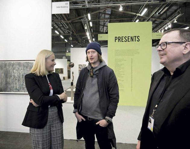 Det første bildet: Pontus Höök, en New York-basert svensk fotograf, tok dette bildet av Kronprinsesse Mette-Marit, Dolk og Kim Brandstrup, eier av galleriet Brandstrup i Oslo på en kunstmesse i New York i mars i år. foto: Pontus Höök