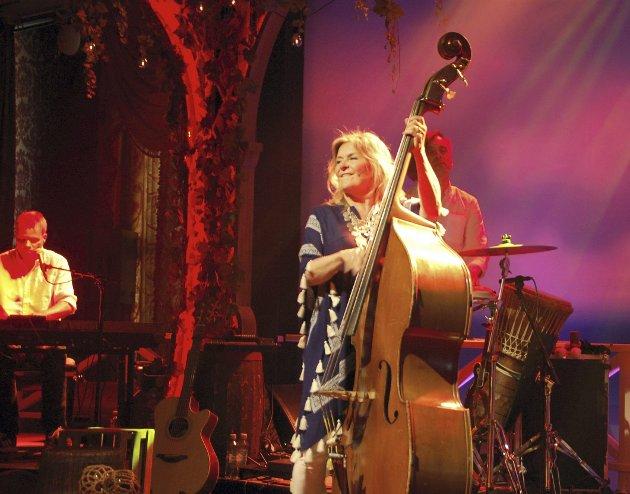 Sommershow med Bettan: Bettan er en artist med mye erfaring og kunnskap om musikken hun spiller. Hun trakterer flere instrumenter, og gir til tider bakgrunn om det hun framfører. Foto: Jørund Løbach Jørgensen